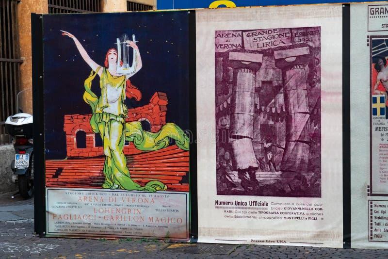 Oude affiches van het theater van Arenadi Verona stock foto