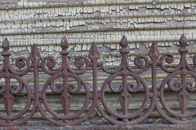 Oude, afgebroken verf op de houten voorgevel Een oude doorstane omheining royalty-vrije stock fotografie