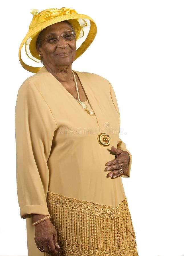 Oude Afrikaanse Amerikaanse vrouw die gele hoed draagt royalty-vrije stock afbeeldingen