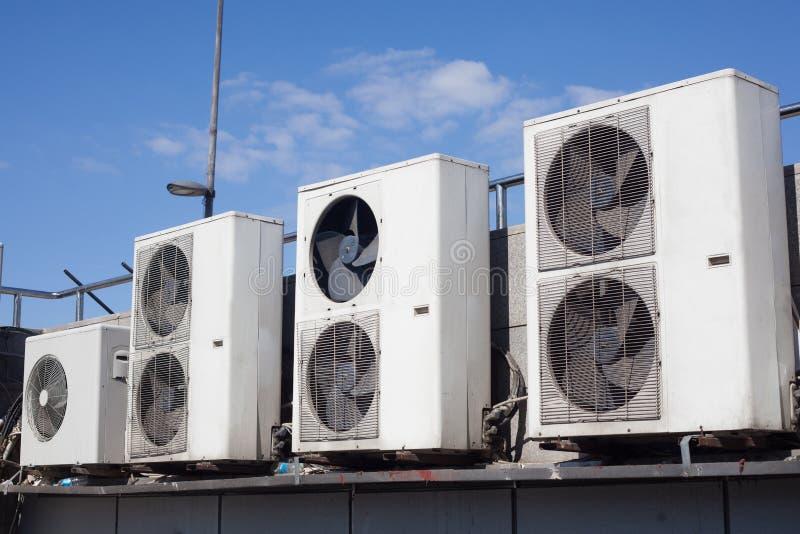Oude airconditioningseenheden openlucht royalty-vrije stock afbeeldingen