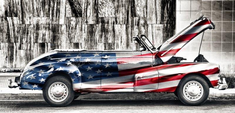 Oude Amerikaanse die auto met de vlag van Verenigde Staten wordt geschilderd royalty-vrije stock afbeelding