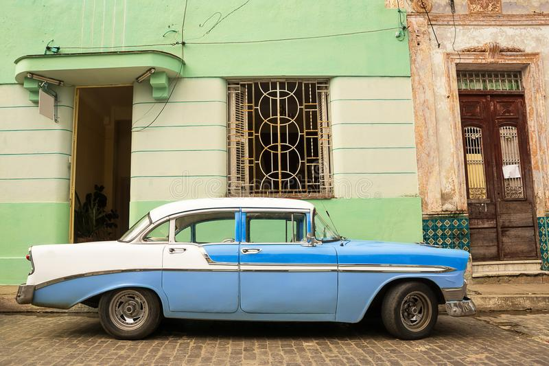 Oude Amerikaanse die auto op de Cubaanse straat wordt geparkeerd stock foto's