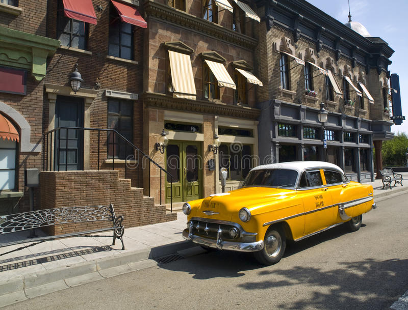 Oude Amerikaanse Taxi in een oude stad stock foto