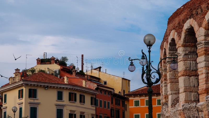 Oude Amfitheaterarena, Oude Gebouwen en Lantaarn in Verona stock foto's