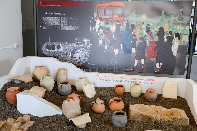 Oude amfora van het museum bij de Roman ruïnes in Egnazia royalty-vrije stock afbeelding