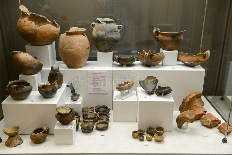 Oude amfora van het museum bij de Roman ruïnes in Egnazia stock afbeelding