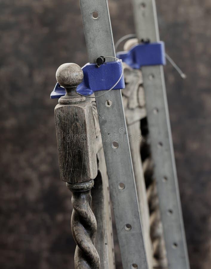 Oude antieke eiken stoelreparatie met houten lijm en klemmen stock foto