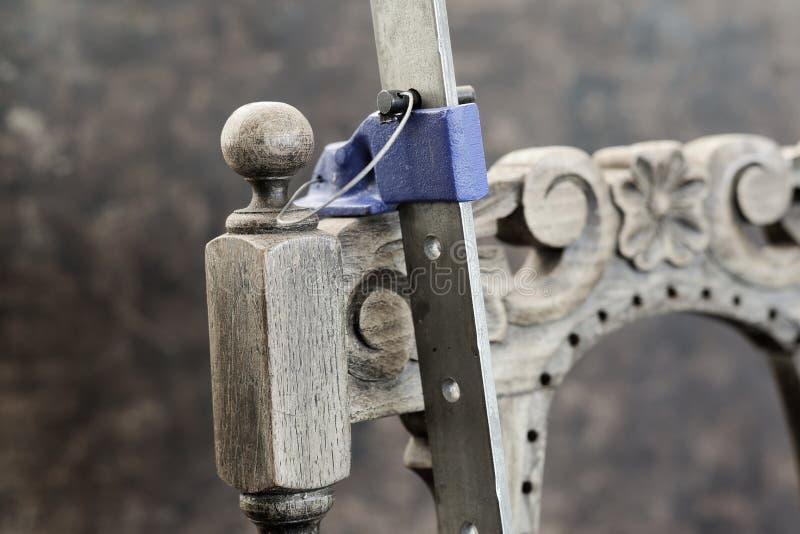 Oude antieke eiken stoelreparatie met houten lijm en klemmen royalty-vrije stock afbeelding