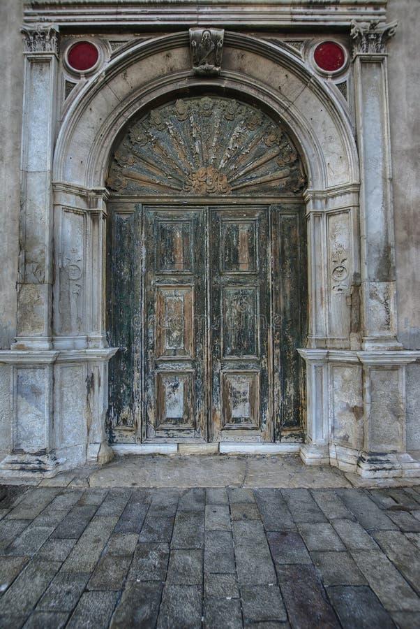 Oude antieke houten deur uitstekende poortdeuropening royalty-vrije stock afbeelding
