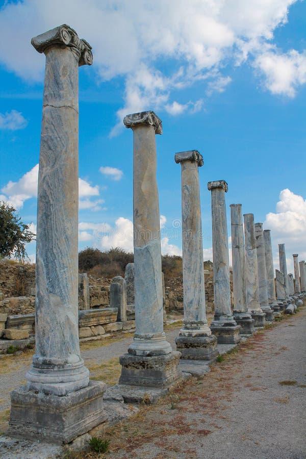 Oude antieke tempelruïnes op Mediterrane kust van Turkije royalty-vrije stock foto's