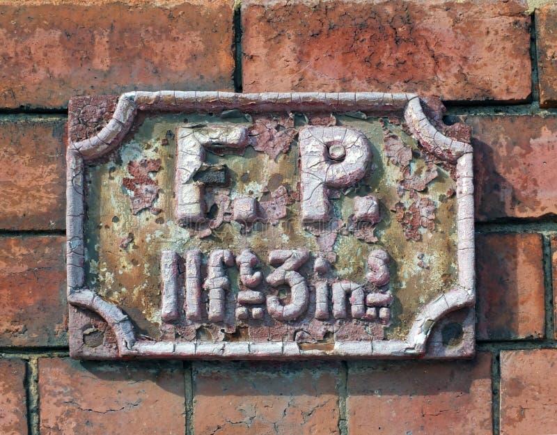 Oude antiquiteit die het Britse die teken van het brandpunt wordt gebruikt roesten om op de afstand aan een beschikbare watervoor stock afbeeldingen