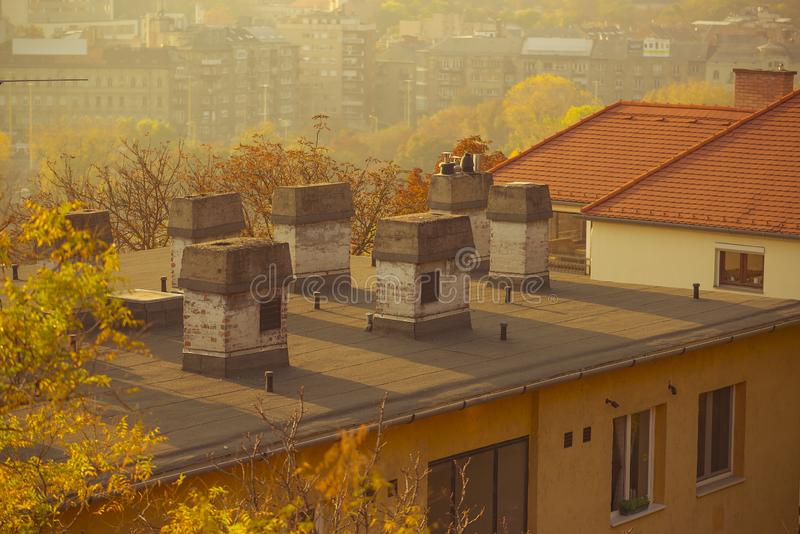Oude appartementengebouwen in de stad bij zonsondergang royalty-vrije stock foto