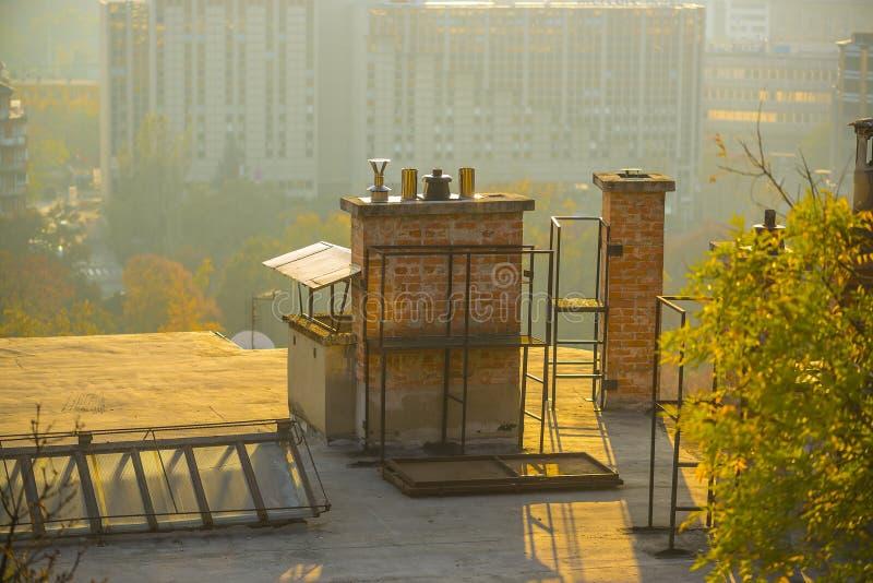 Oude appartementengebouwen in de stad bij zonsondergang stock afbeeldingen