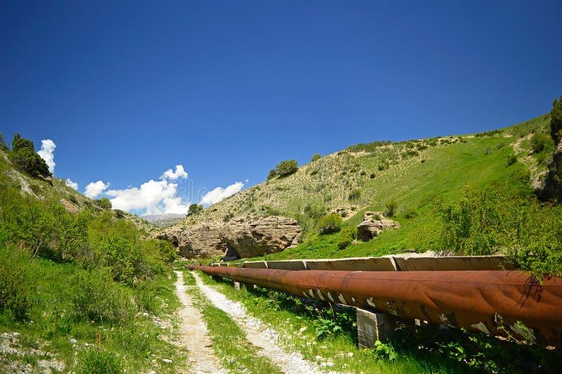 Oude aquaduct in de bergen royalty-vrije stock foto's