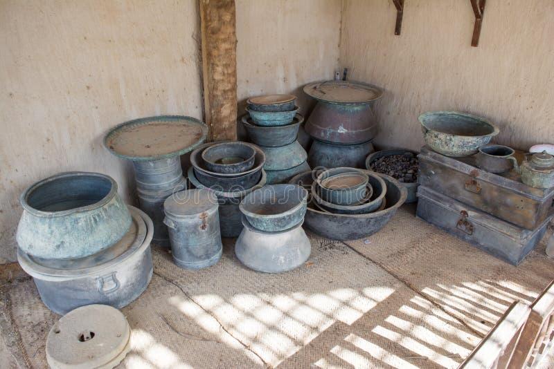 Oude Arabische keuken met aardewerk stock fotografie