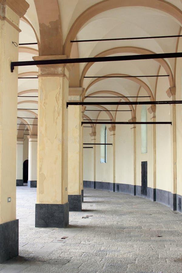 Oude architectuur met bogen en lateibalken stock afbeelding