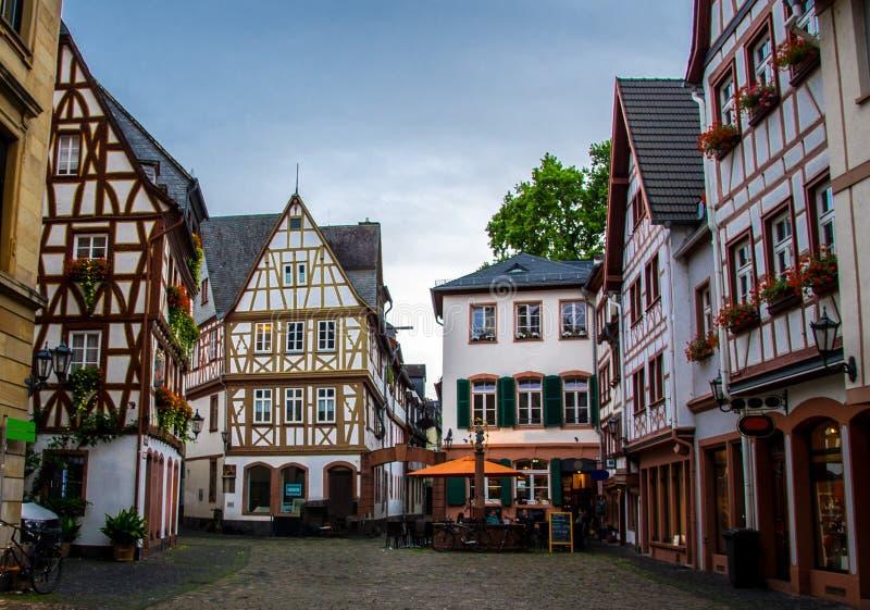 Oude architectuurhuizen in het centrum van Mainz, Duitsland stock foto