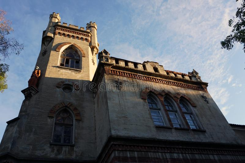 Oude oude architectuurkerk in Duitse stijl, bodemmening royalty-vrije stock fotografie