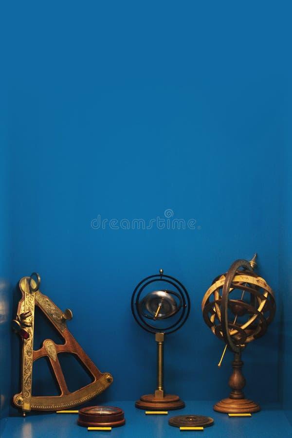 Oude astronomische apparaten, astrolabe, kompas en sextant stock foto's