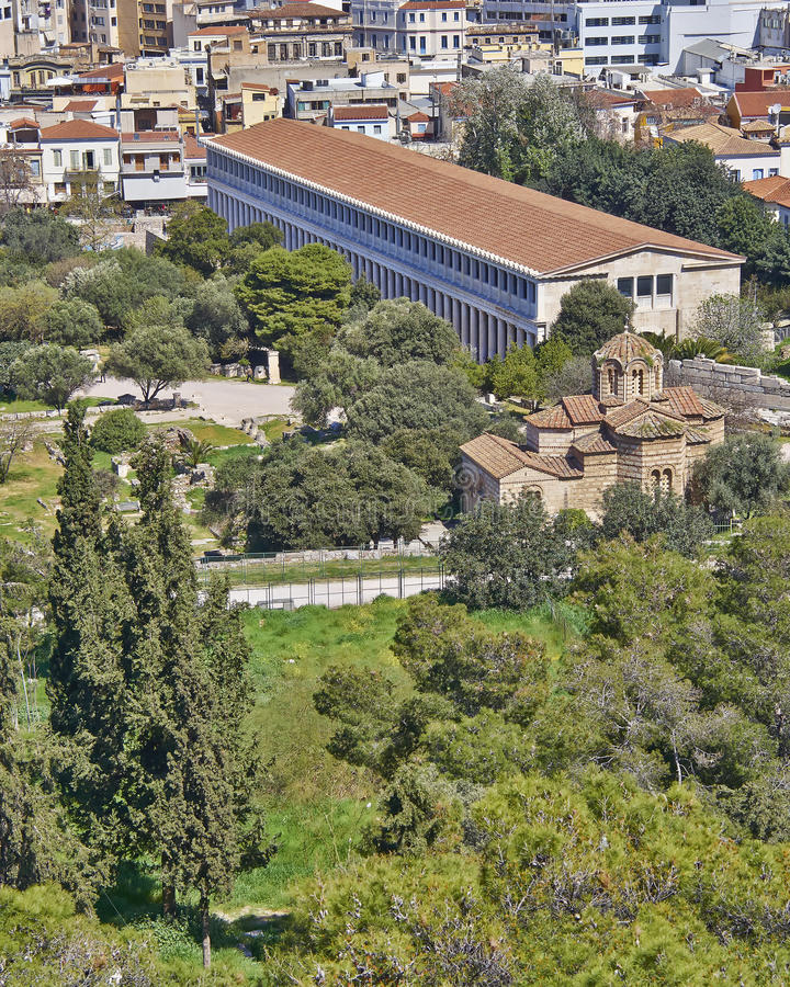 Oude Attalus-stoa en heilige Apostelen middeleeuwse kerk onder Akropolis royalty-vrije stock foto