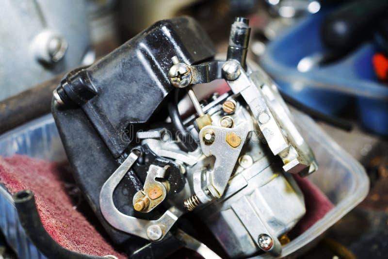 Oude auto buitenboordcarburator stock afbeelding
