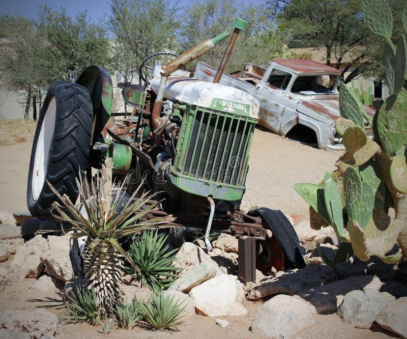 Oude Auto in het zandlandschap stock foto