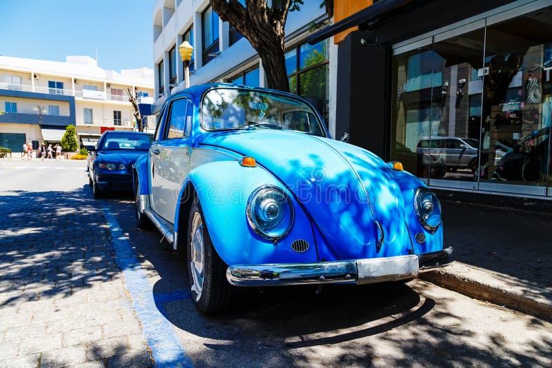 Oude auto op de straten van een Europese stad van Rhodes Greece stock afbeeldingen