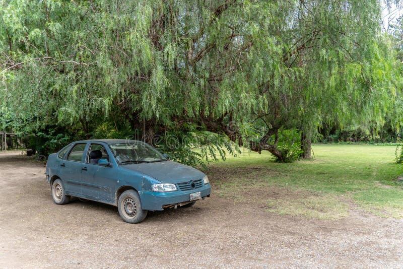 Oude auto op groot landbouwbedrijf royalty-vrije stock afbeeldingen