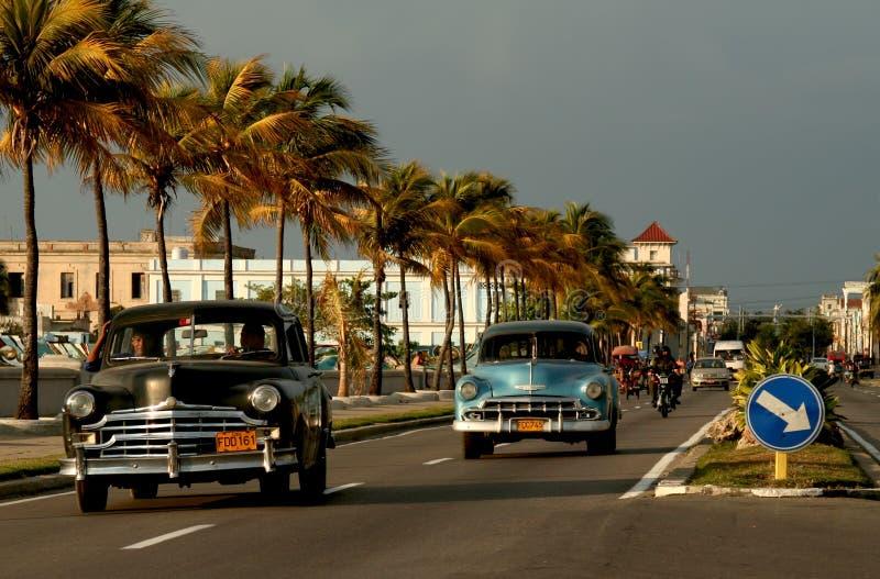 Oude auto's op malecon in Cienfuegos, Cuba royalty-vrije stock foto