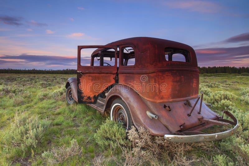 Oude Auto uit als het gebied stock foto
