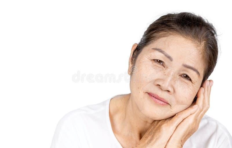 Oude Aziatische die vrouw in studiohoofd met schoonheid of sereniteitsconcept wordt geschoten stock foto's