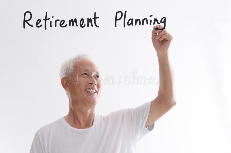 Oude Aziatische mens het schrijven pensionering planning stock foto