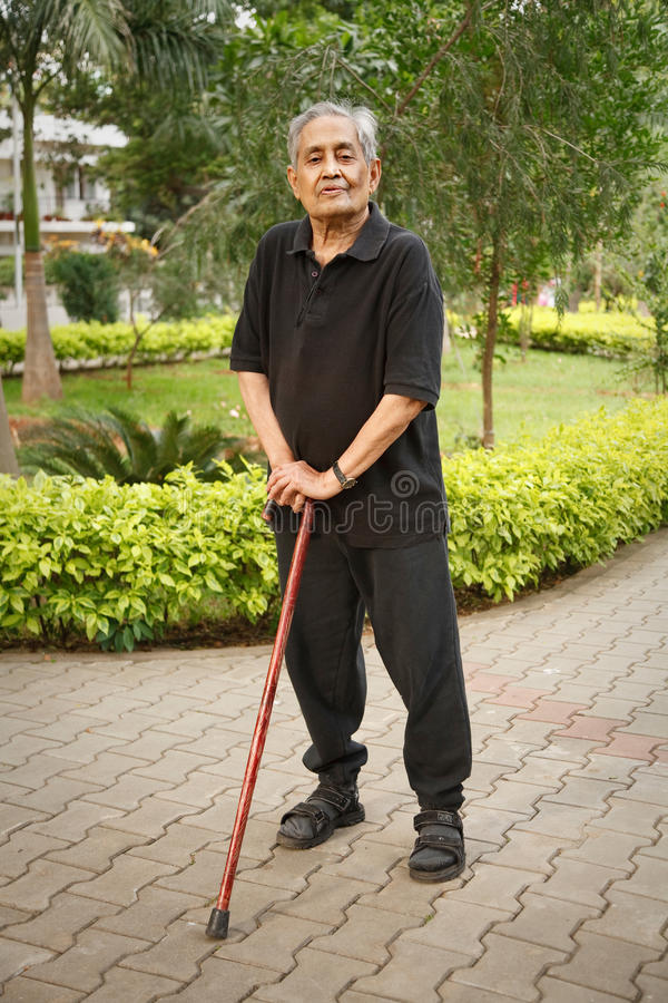 Oude Aziatische mens met wandelstok