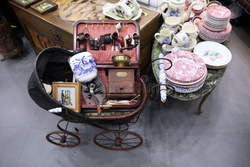 Oude babywandelwagen, retro koffiemolennen, platen bij de vlooienmarkt royalty-vrije stock afbeeldingen