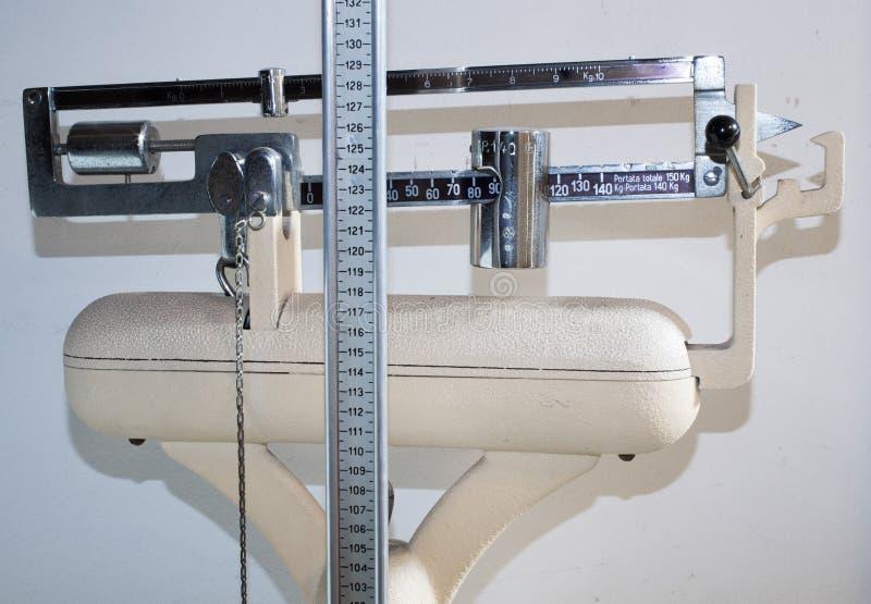 Oude badkamersschaal met het meten van staaf voor de hoogte en het gewicht stock foto's