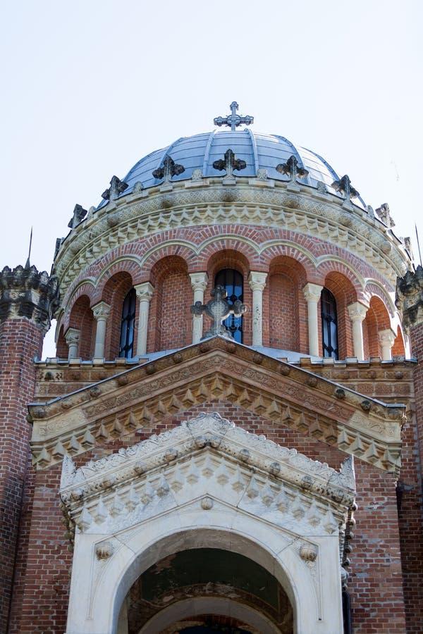 Oude baksteenkerk met een kruis vooraan royalty-vrije stock afbeeldingen