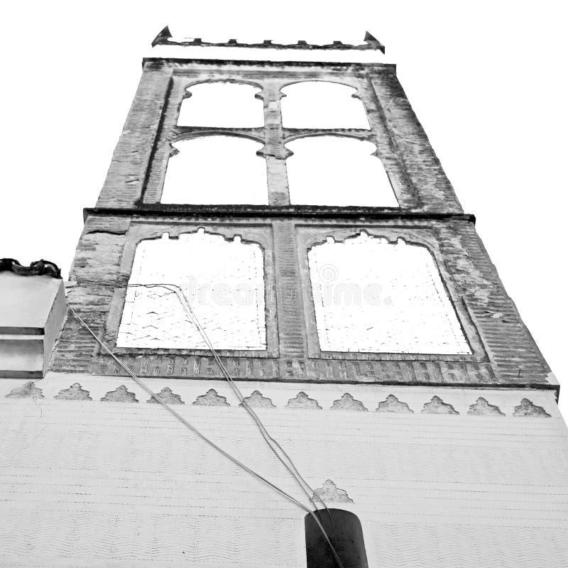 oude baksteentoren in het dorp van Marokko Afrika en de hemel royalty-vrije stock foto