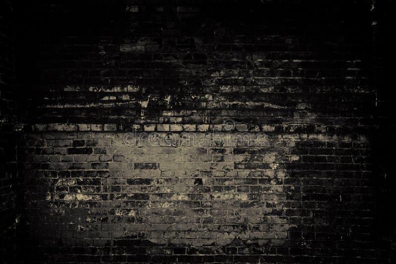 Oude bakstenen muur, donker licht stock fotografie