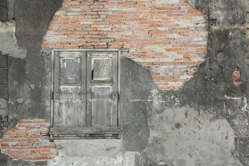 Oude bakstenen muur en houten venster stock afbeeldingen