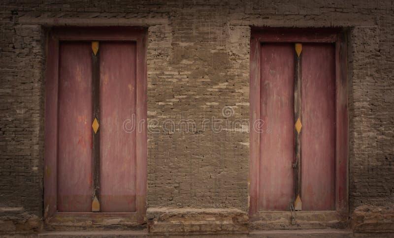 Oude bakstenen muur en oude houten deur, Tempel Thailand royalty-vrije stock afbeelding