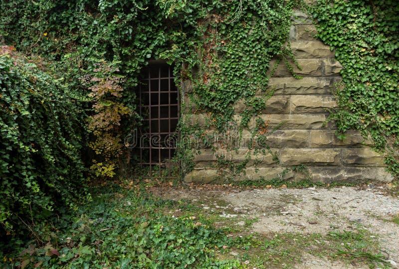 Oude bakstenen muur met afgeschilferde concrete oppervlakte voor ontwerpers en kunstenaar royalty-vrije stock fotografie