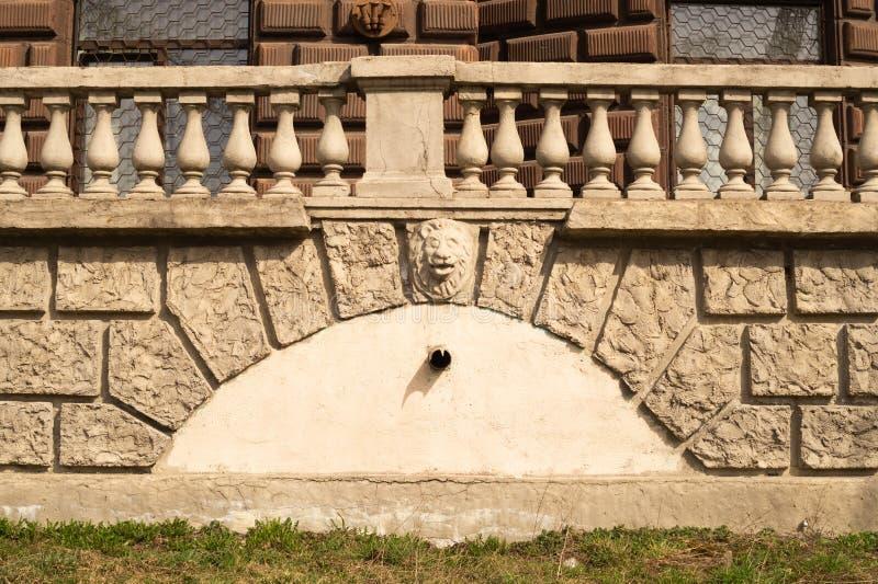 Oude bakstenen muur met balustradeachtergrond muur van geregelde bakstenentextuur stock fotografie