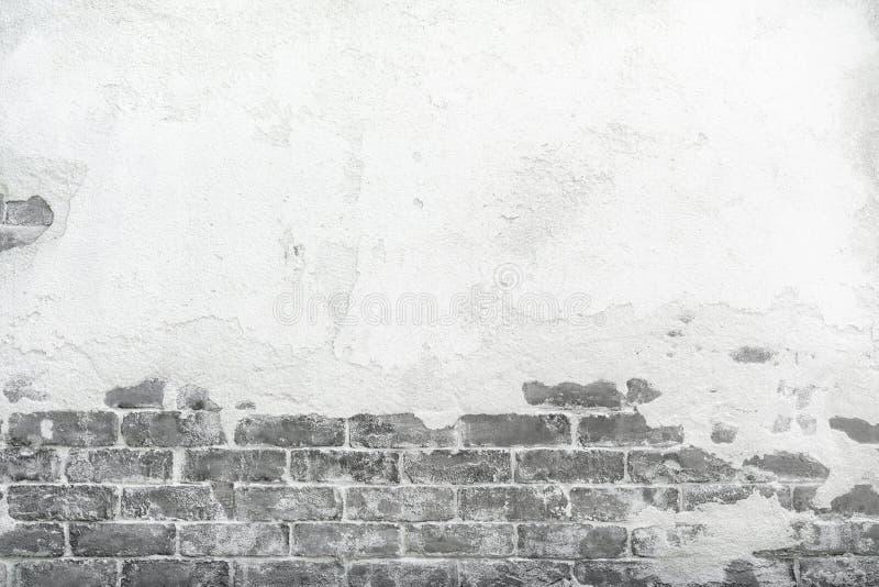 Oude bakstenen muur met pleister van het schil het barstende cement, grunge achtergrond stock foto