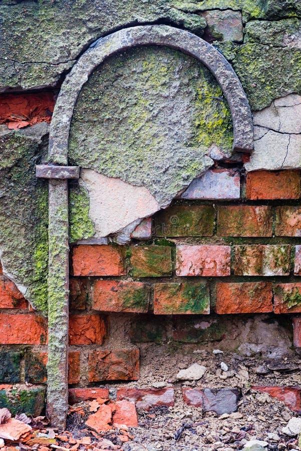 Oude bakstenen muurtextuur met mos stock foto's