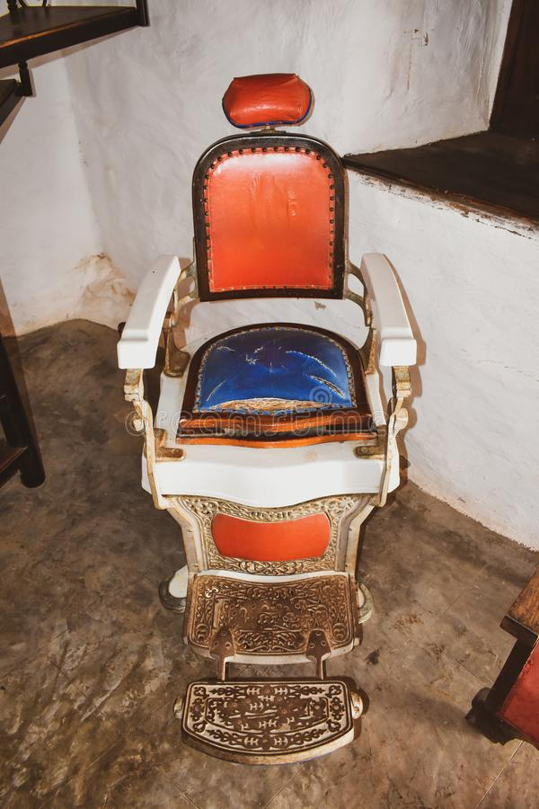 Oude Barber Chair, Uitstekende achtergrond royalty-vrije stock foto
