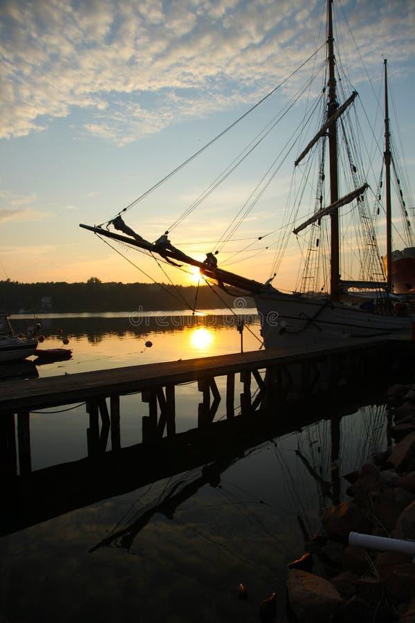 Oude bark Pommern op zonsondergang stock foto