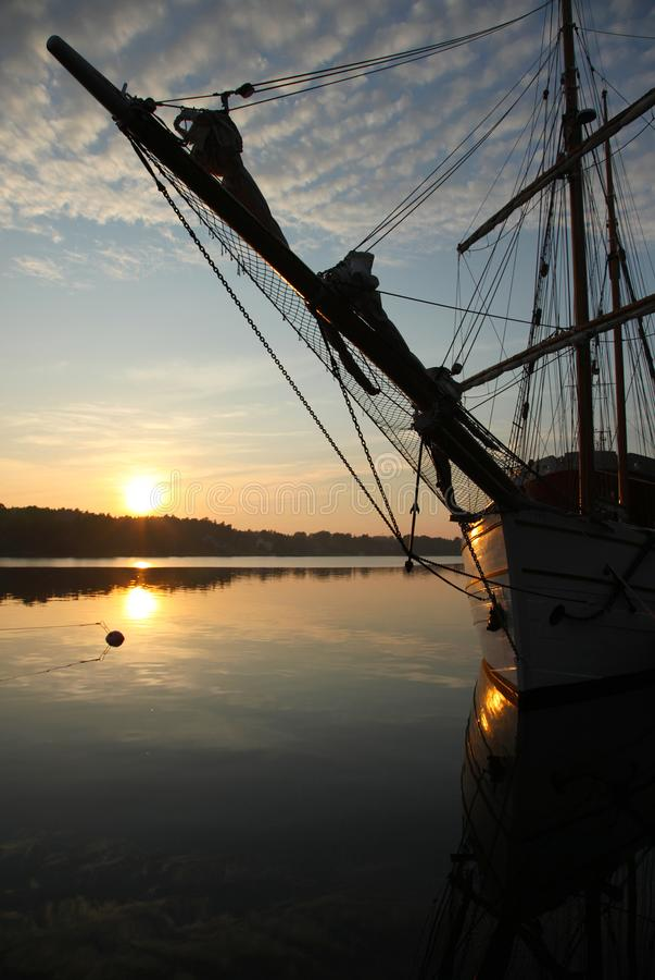 Oude bark Pommern op zonsondergang stock foto's
