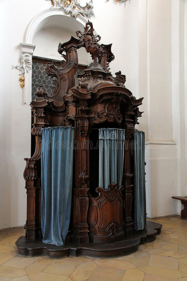 Oude barokke biecht houten stoel royalty-vrije stock afbeelding