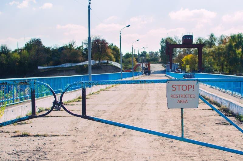 Oude barrière met een slot en een teken, beperkt gebied royalty-vrije stock foto