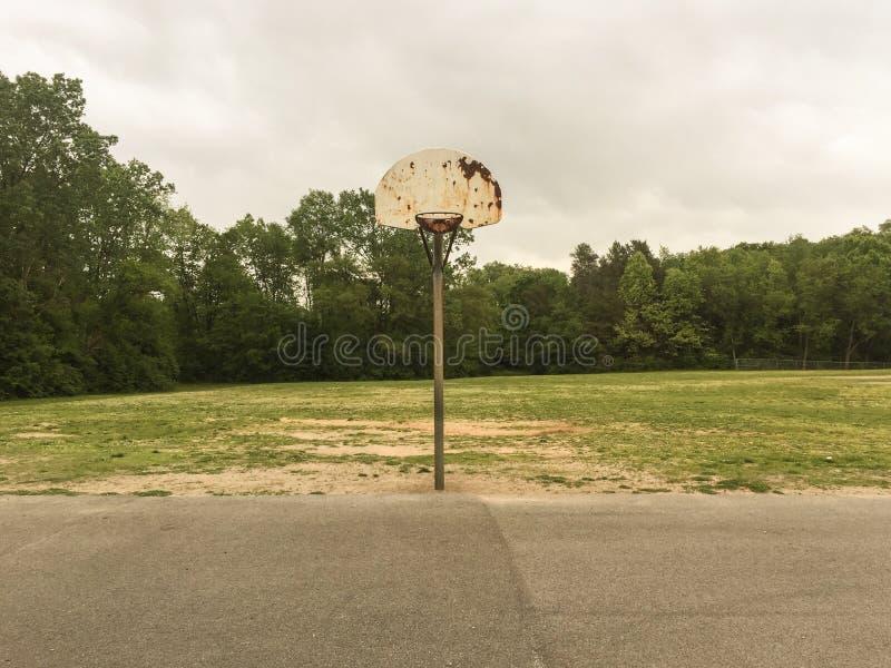 Oude basketbalhoepel stock foto